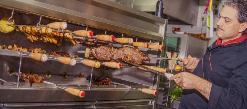Rodizio-Grill (Churrasqueira) mit verschiedenen Fleischspießen
